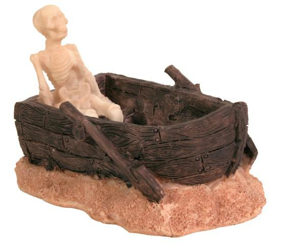 Декорация скелет в лодке